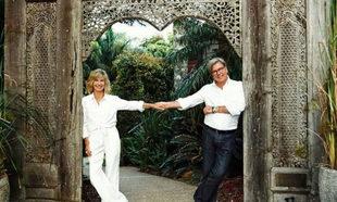 Olivia Newton-John y su socio Gregg Cave en el Gaia Retreat & Spa