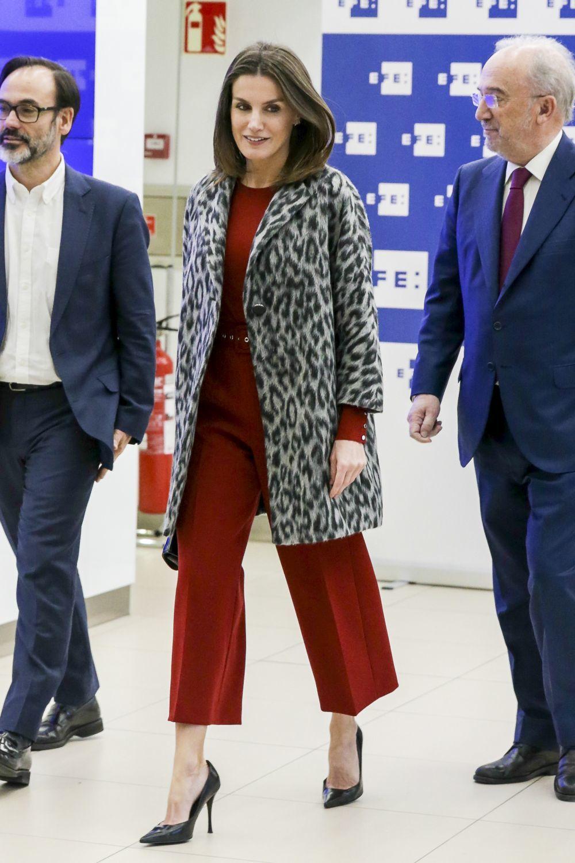 La reina Letizia con abrigo de print animal de Hugo Boss.
