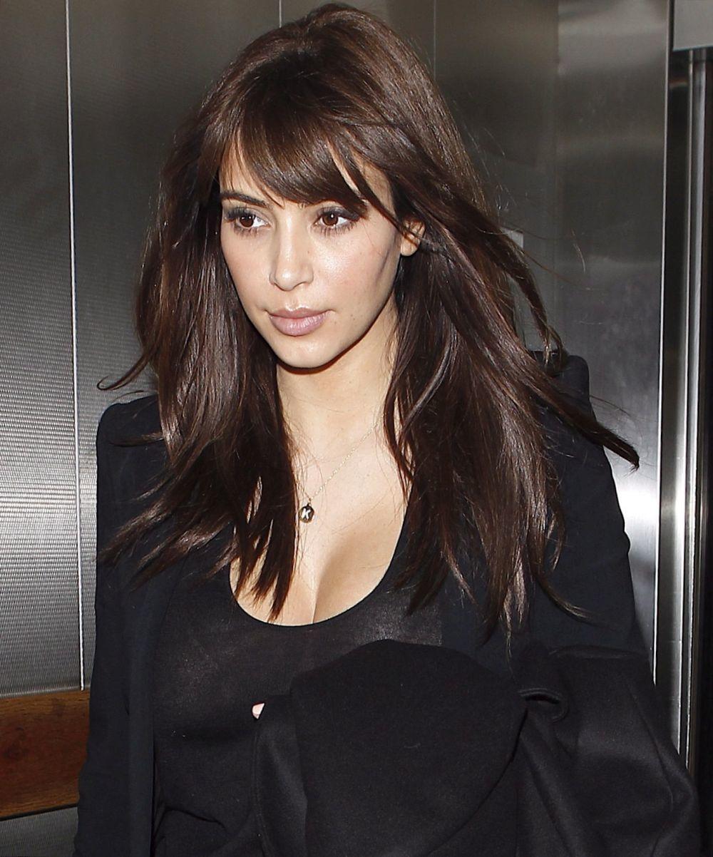 Kim Kardashian con flequillo desfilado y largo en 2012.