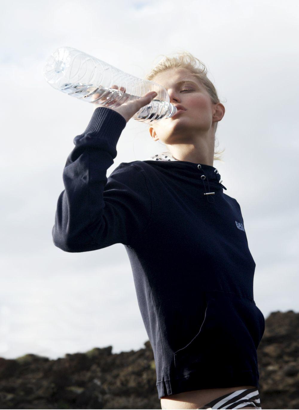 Bebe mucha agua y evita el alcohol para que tu hígado, que descompone las grasas, funcione.