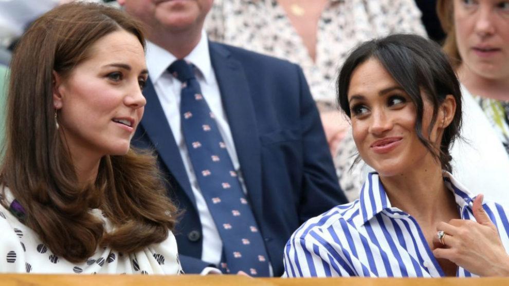 Kate Middleton y Meghan Markle viendo un partido de tenis.