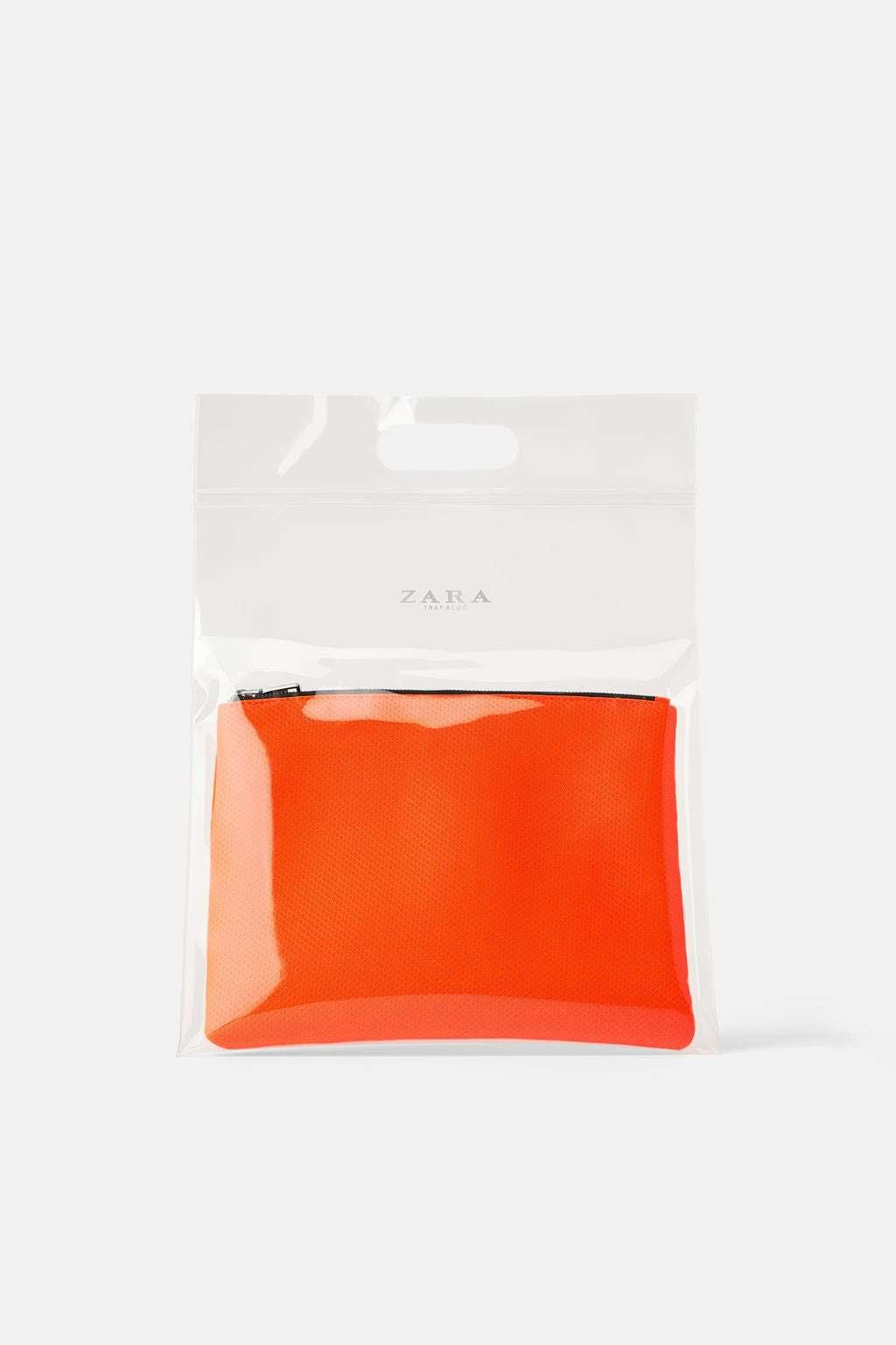Bolso combinado transparente y naranja, de Zara.