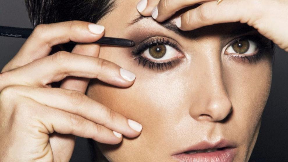 Bárbara Lennie maquillándose los ojos.