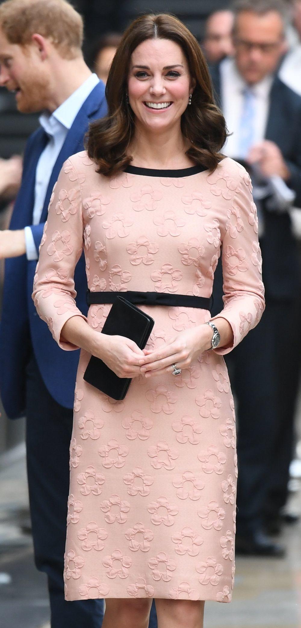 """Kate Middleton con el bolso """"Darley"""" de Mulberry en negro."""