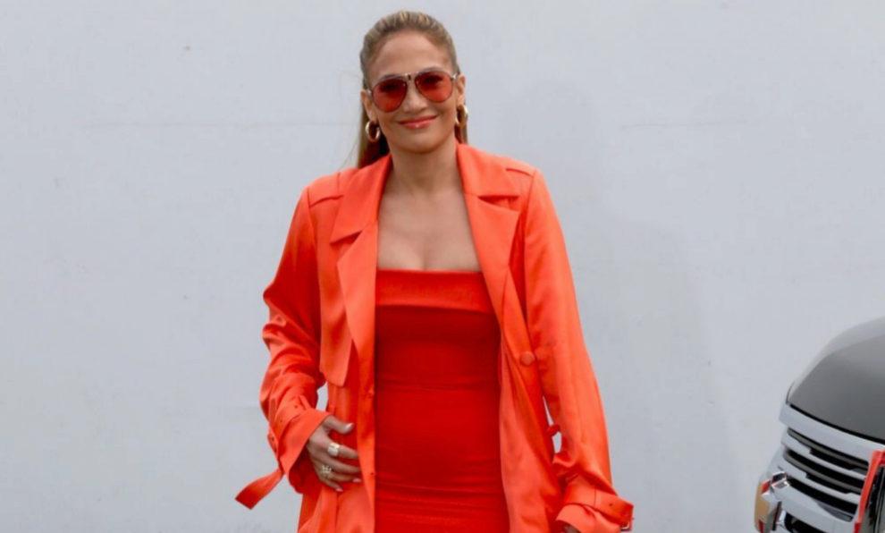 Jennifer López con total look flúor en Miami.