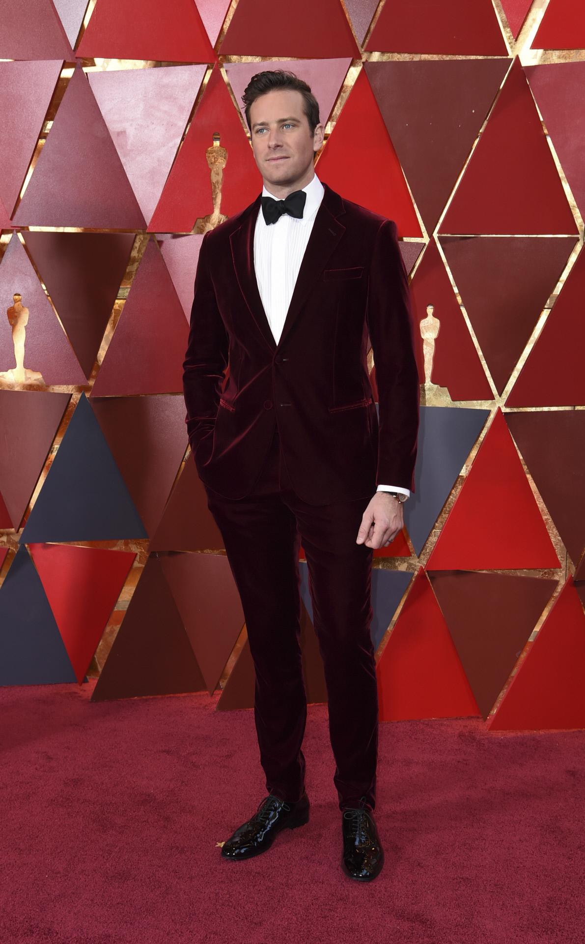 El actor Armie Hammer con esmoquin de terciopelo granate en la última gala de los Oscar.