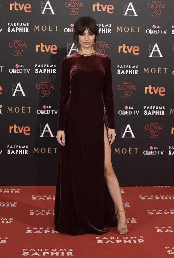 Úrsula Corberó en la alfombra roja de los Premios Goya 2016 con vestido de terciopelo de Teresa Helbig.
