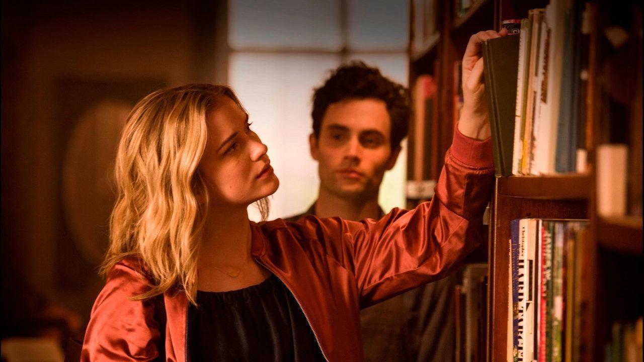 Elizabeth Lail y Penn Badgley protagonizaron la primera temporada de...