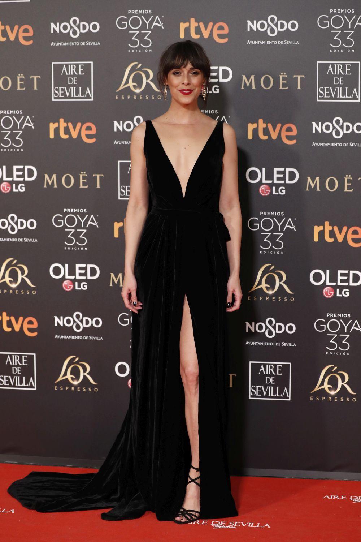 Belén Cuesta con un vestido negro con abertura en la pierna.