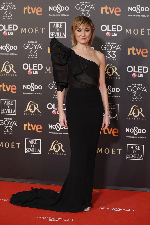 Nathalie Poza con vestido de escote asimétrico.