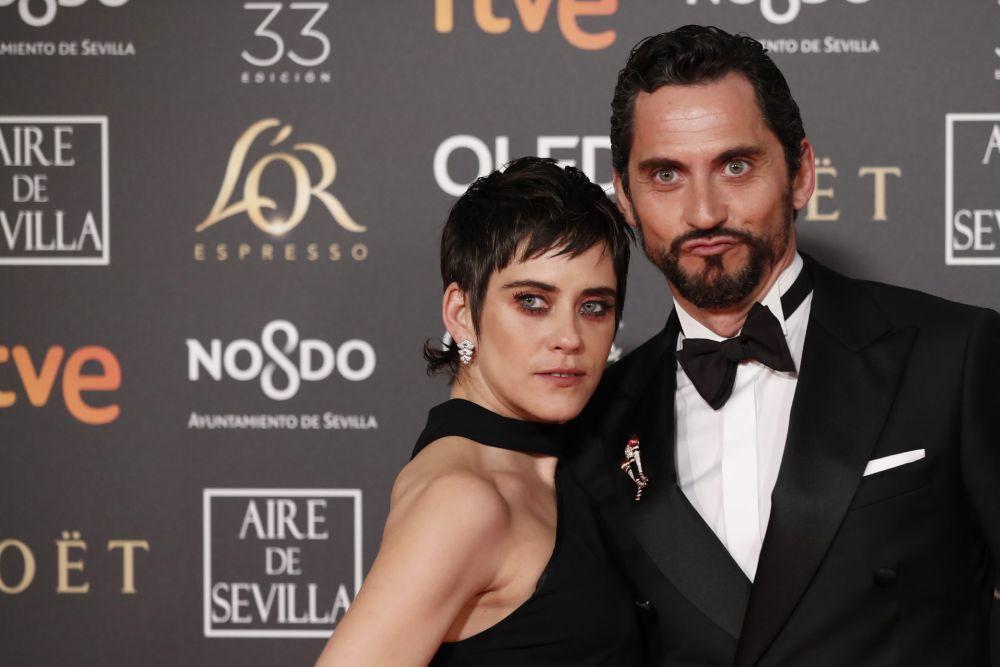 María León y su mirada roja y negra con maxipestañas.