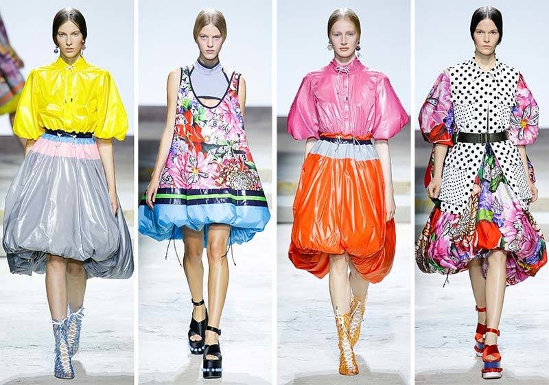 Vestidos con capucha de Mary Katrantzou durante la London Fashion...