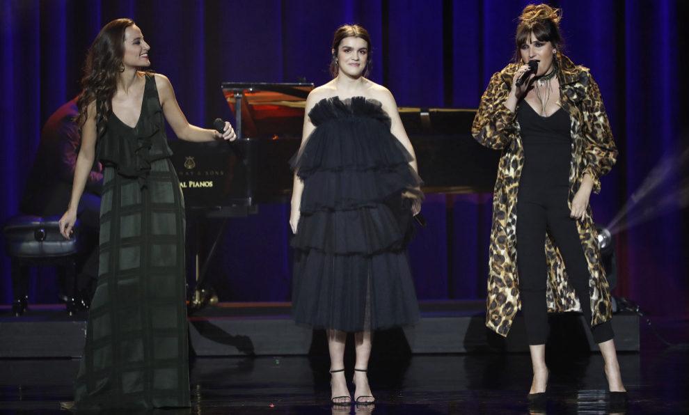 Las cantantes Judit Neddermann, Amaia Romero y Rozalén en su...