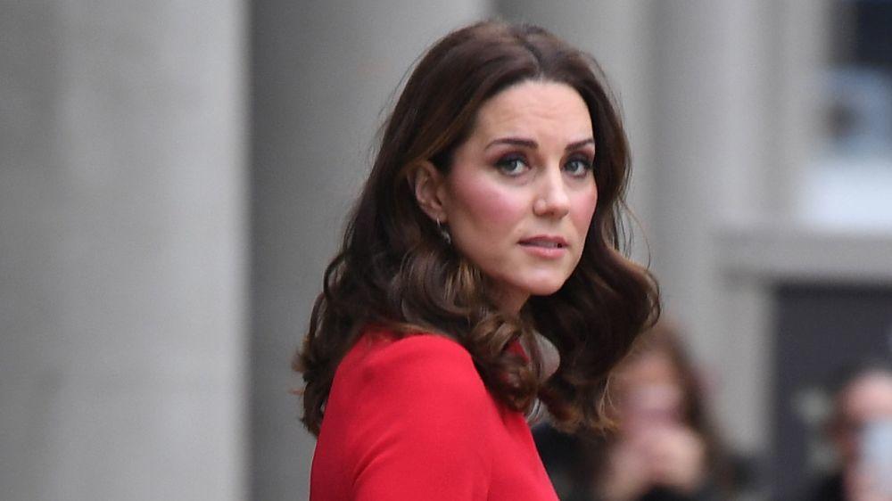 A Kate Middleton el rojo le sienta tan bien como a Letizia (este vestido es  la prueba) b8321eb3ab6