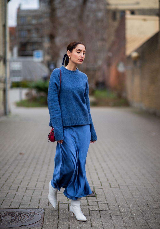 El street style se ha rendido a la falda de satén.