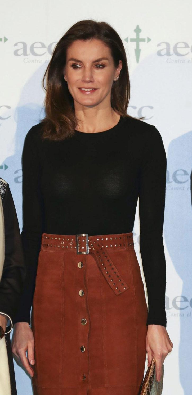 La reina Letizia con falda de ante marrón.