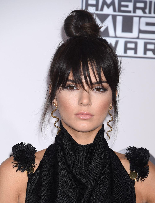 Kendall Jenner con un flequillo de quita y pon con extensiones de clip...