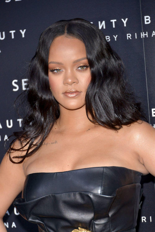 Rihanna presume de una piel luminosa y jugosa gracias a una buena base...