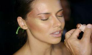 Adriana Lima en plena sesión de maquillaje del backstage de uno de...