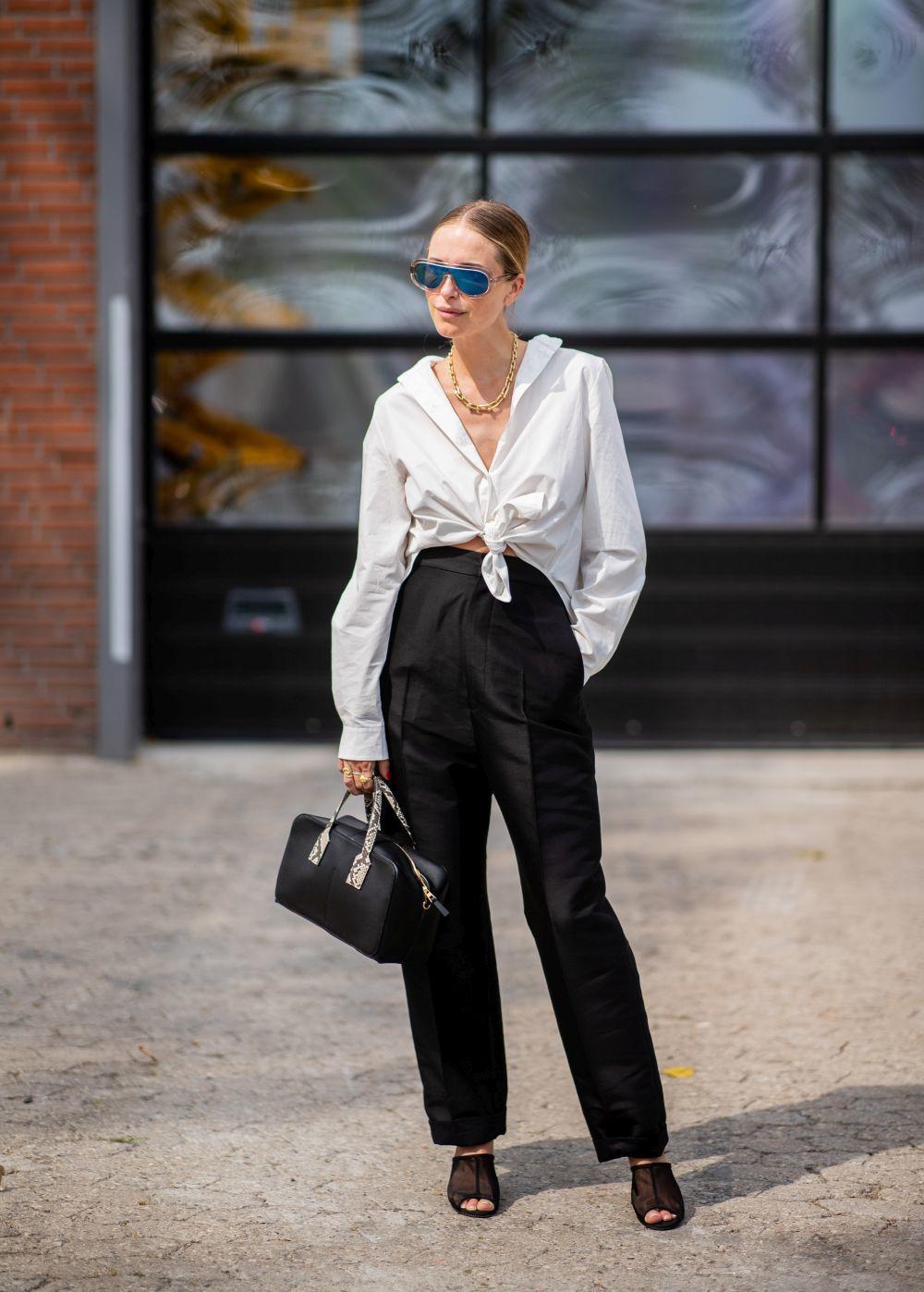 Pernille Teisbaek con un outfit en blanco y negro.