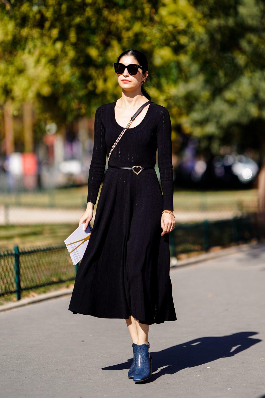 Caroline Issa con vestido negro midi.