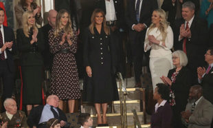 Melania Trump con abrigo vestido de Burberry.