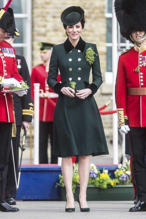 Kate Middleton con un abrigo militar.