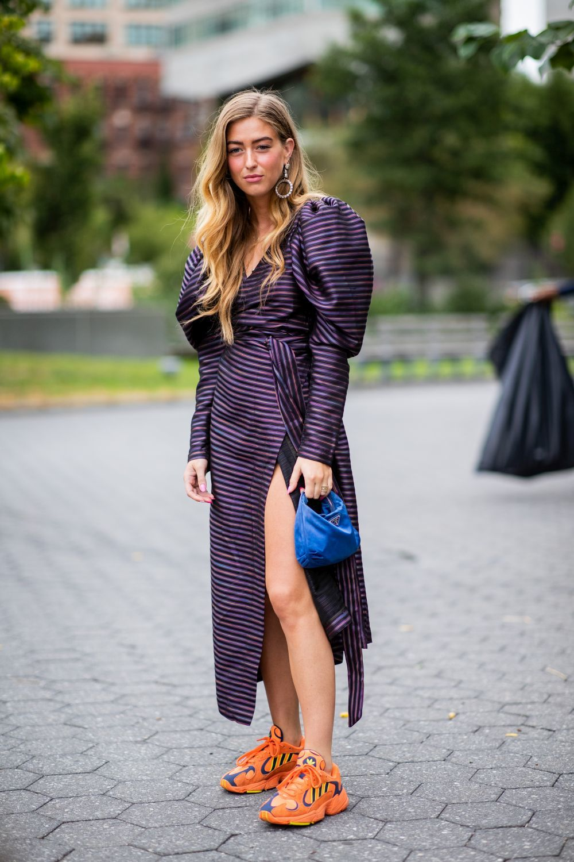 Sin miedo a combinar sofisticados vestidos con sneakers.