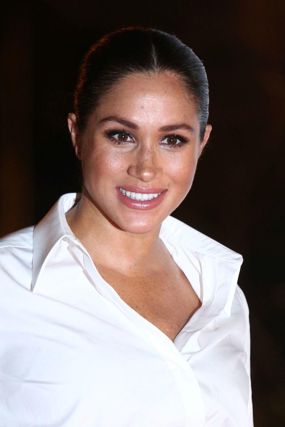 Meghan Markle luce camisa blanca de Givenchy.
