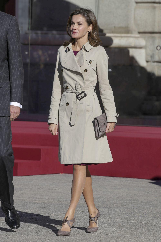 La reina se apunta al trench clásico.