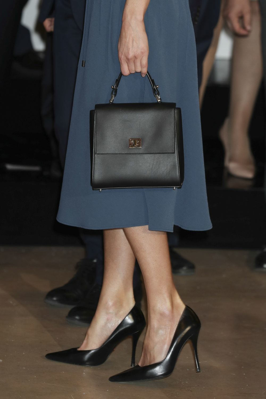 La reina Letizia con salones negros de Prada.