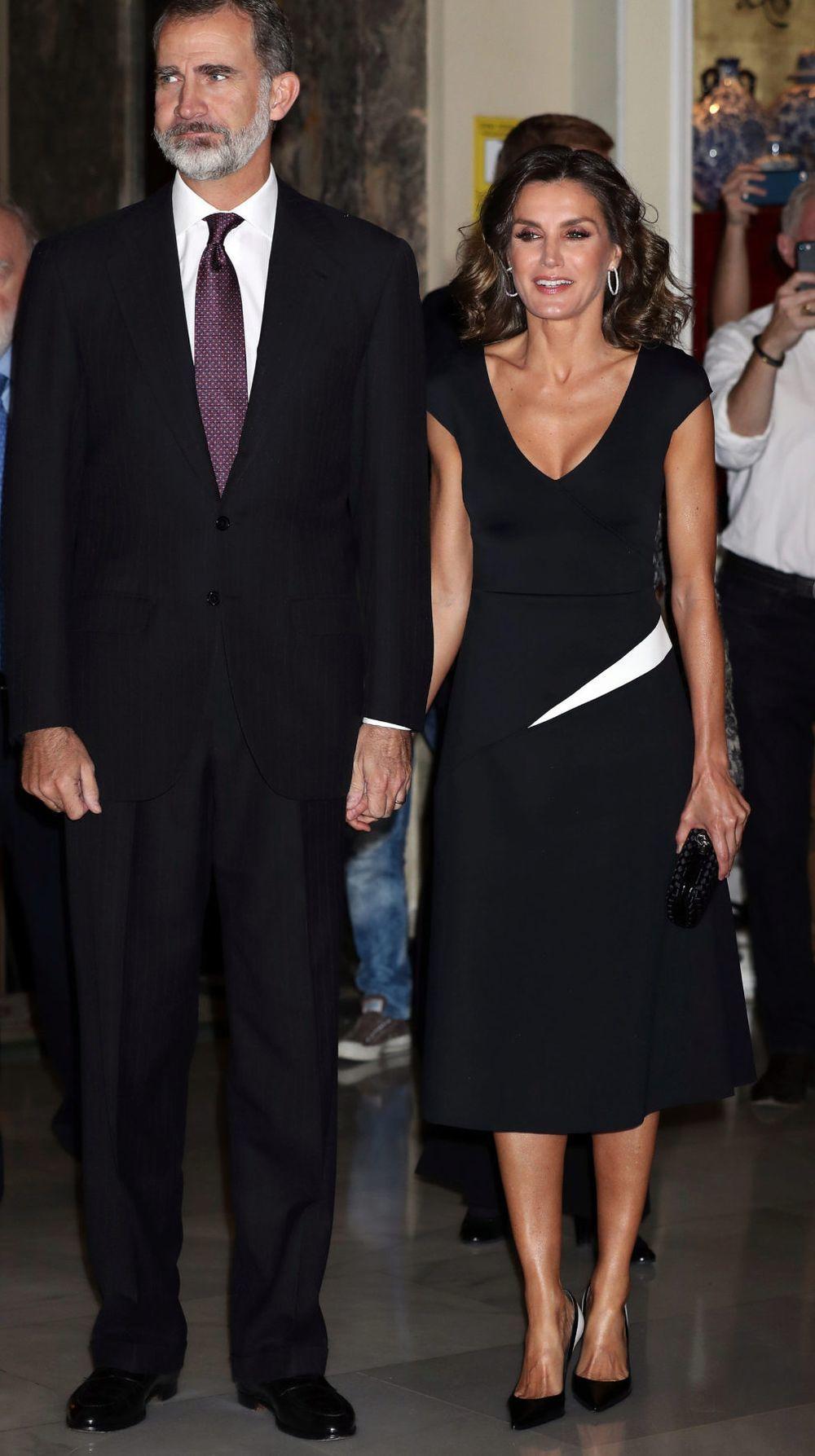 Doña Letizia con un favorecedor vestido negro de Carolina Herrera.