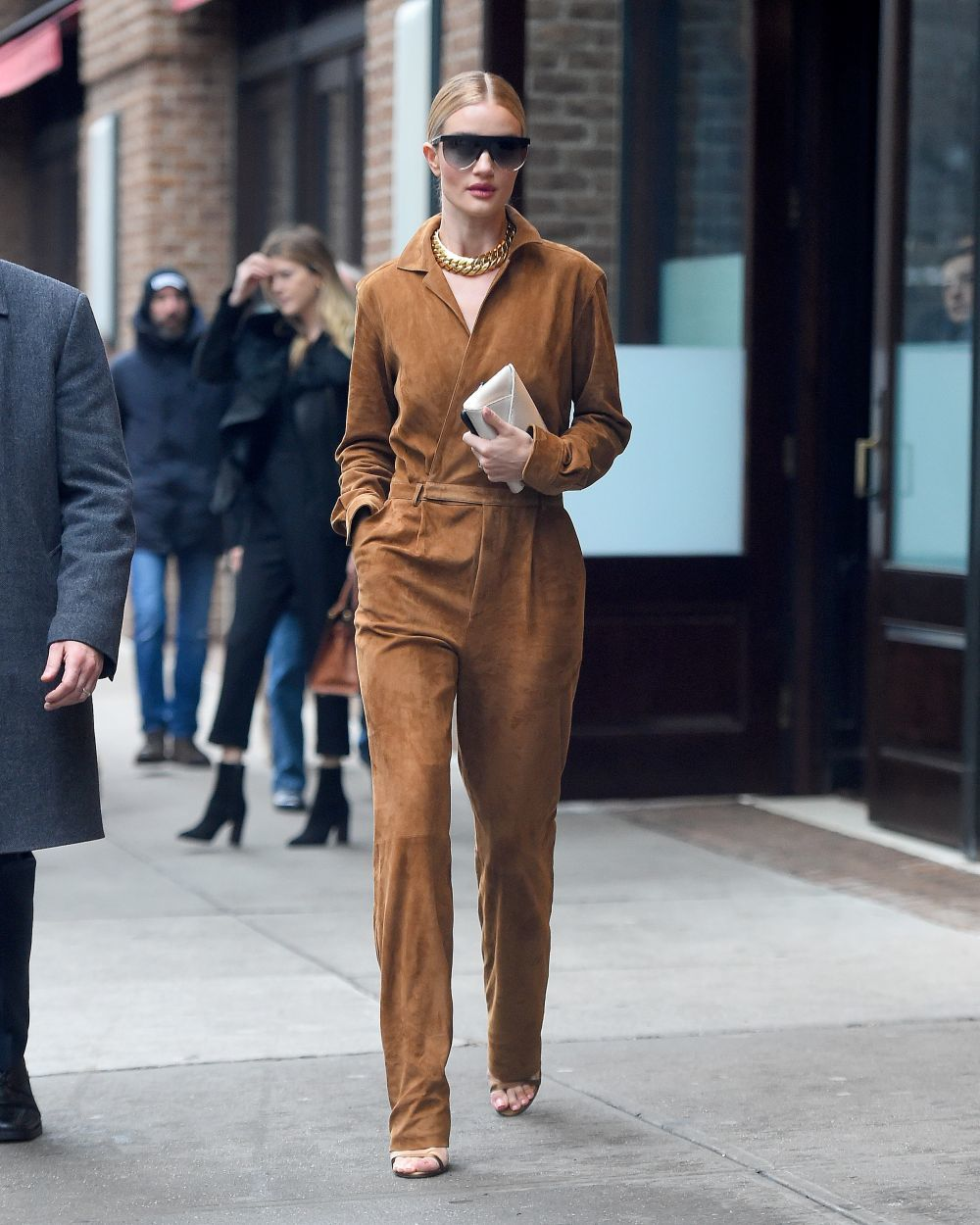 Rosie Huntington con un jumpsuit.