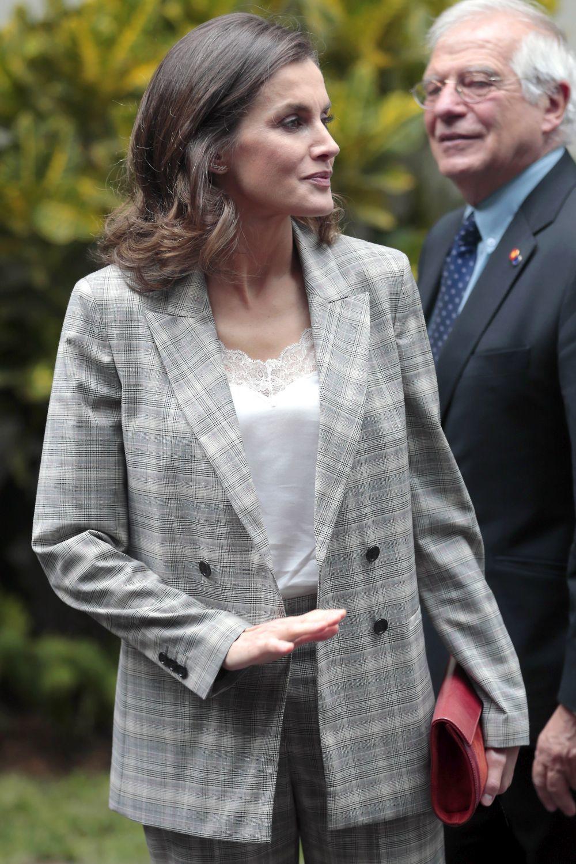 Doña Letizia con un blazer de cuadros.