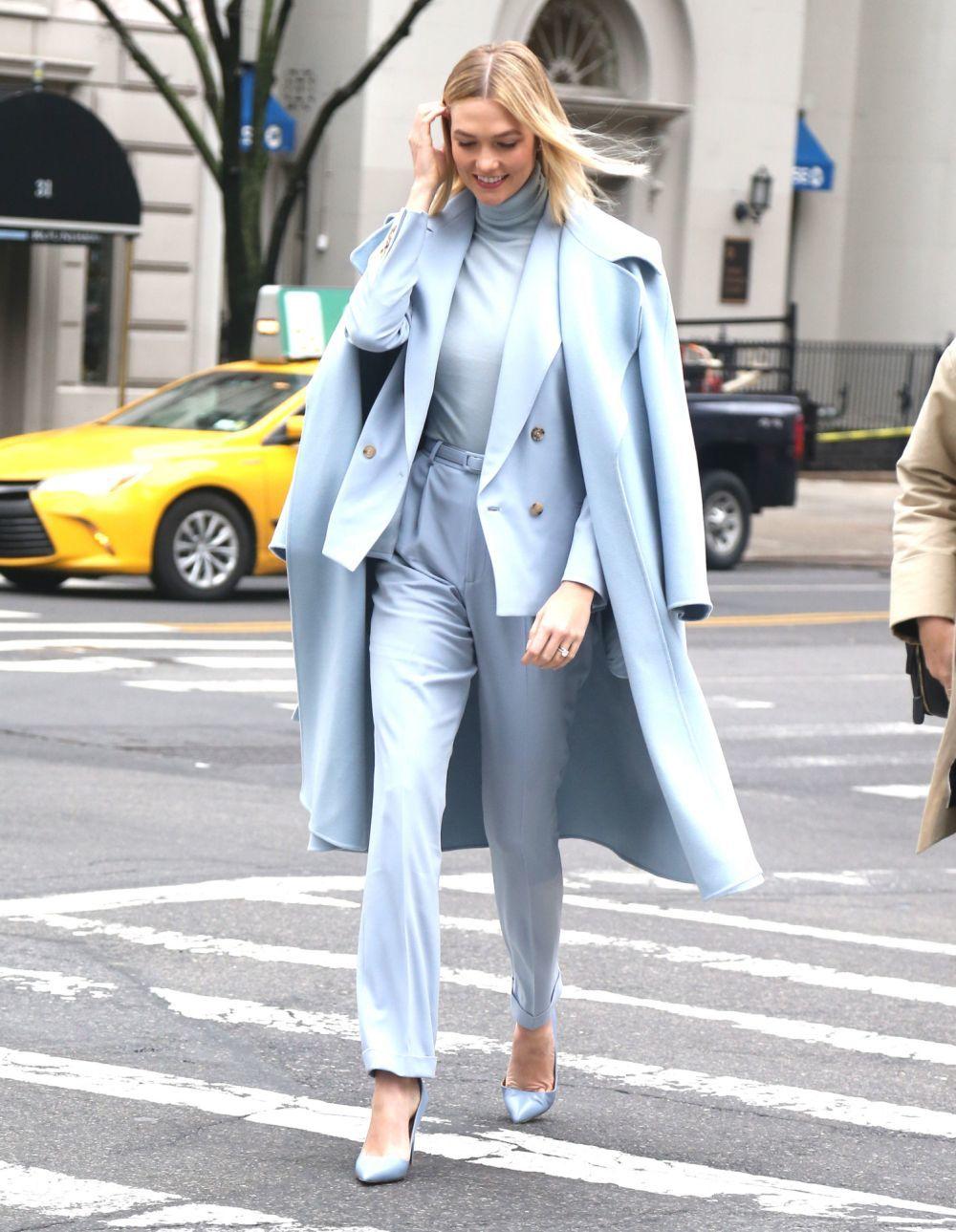 Karlie Kloss con look monocolor en Nueva York