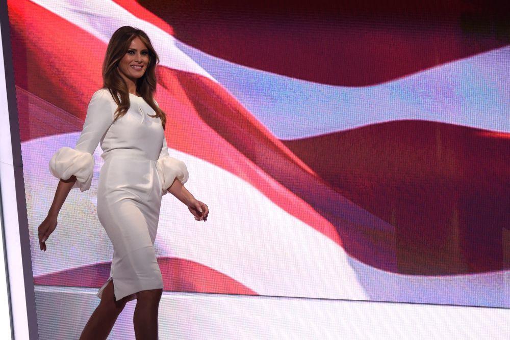 Melania Trump en 2016 con un vestido blanco de Roksanda.