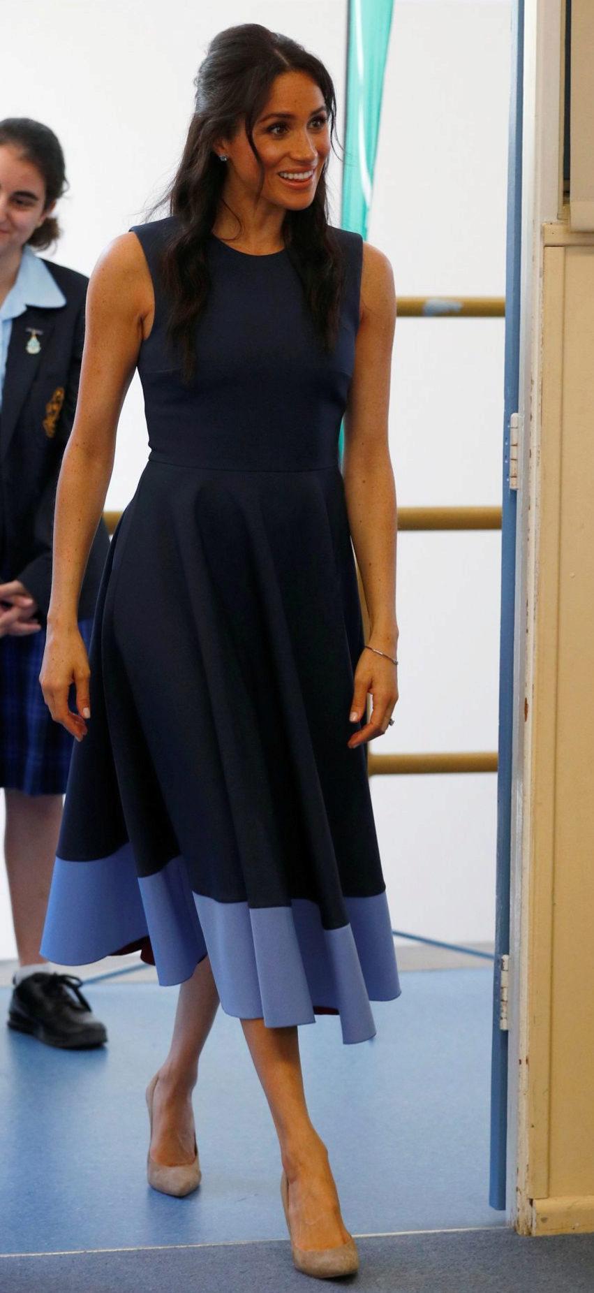 Meghan Markle en Australia con un vestido azul bicolor de Roksanda.
