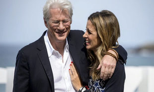 El actor Richard Gere junto a su mujer Alejandra Silva posando ante...