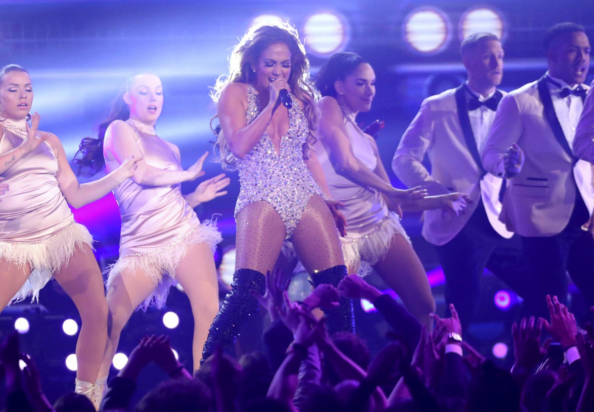 Jennifer López durante su actuación musical en los Grammy 2019