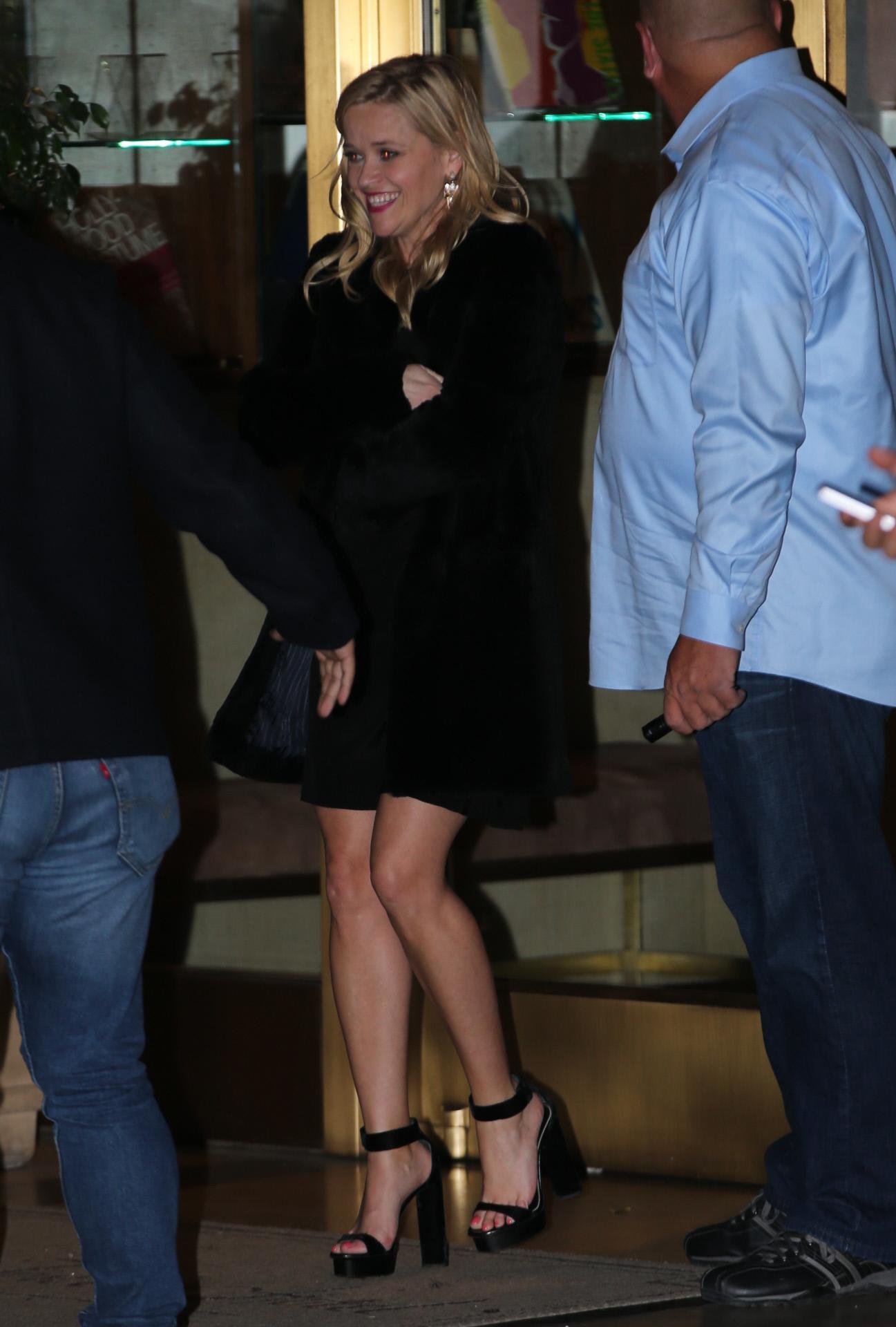 Reese Witherspoon, a su llegada al cumpleaños de Jennifer Aniston en...
