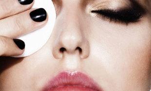 Este desmaquillante de ojos elimina tu maquillaje de las pestañas y...