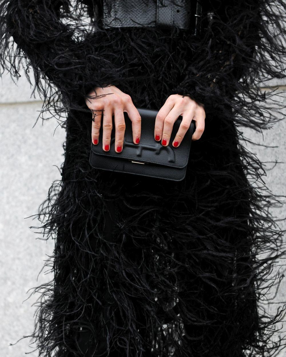 La bloguera lució uñas color rojo y el bolso CH Carolina Herrera...