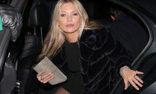 Kate Moss saliendo de un coche en Nueva York para asistir a una...