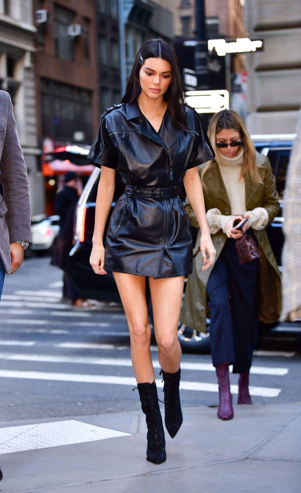 Kendall Jenner con un vestido negro de Longchamp.
