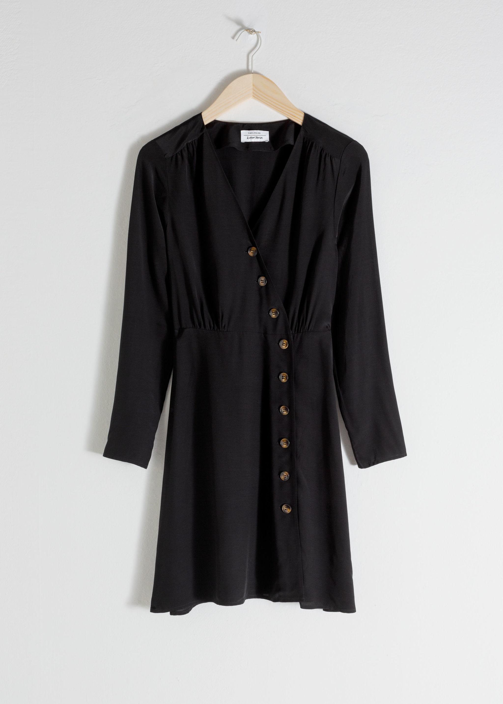 Vestido negro de & Other Stories (69 euros).