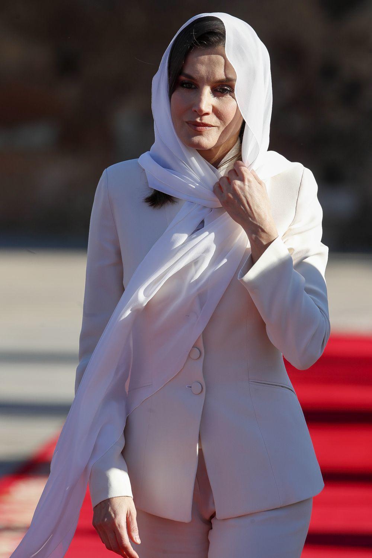 La reina Letizia con un velo y traje blanco en su visita a Marrucos de...