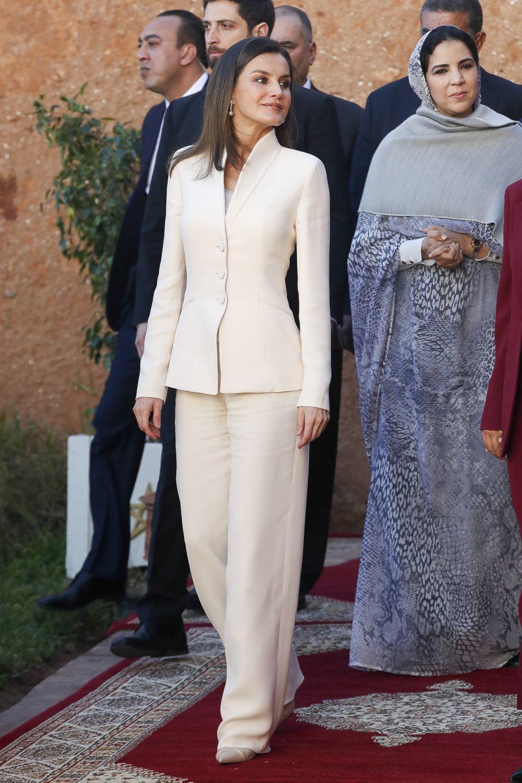 La reina Letizia rescata el traje de su pedida en su viaje a Marruecos...