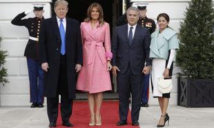 Melania Trump y Donald Trump reciben en la Casa Blanca al presidente...