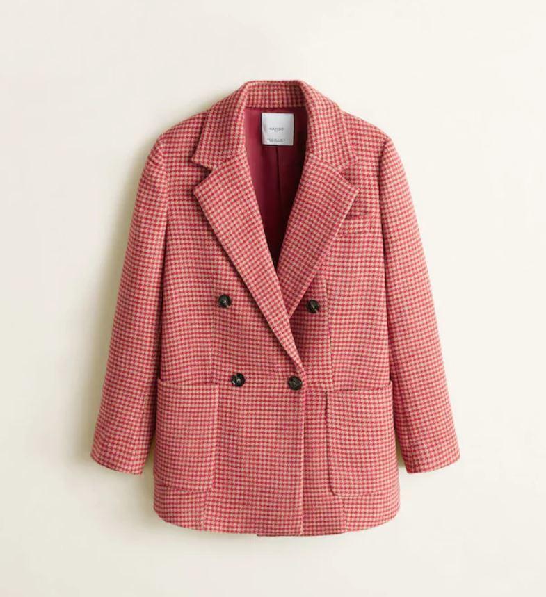 Abrigo blazer en rosa en pata de gallo rosa, de Mango (89,99 euros).