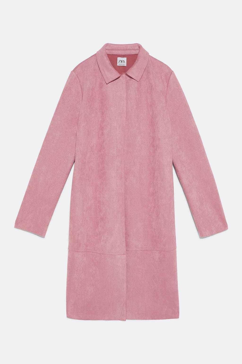 Abrigo ligero en ante rosa, de Zara (29,95 euros).
